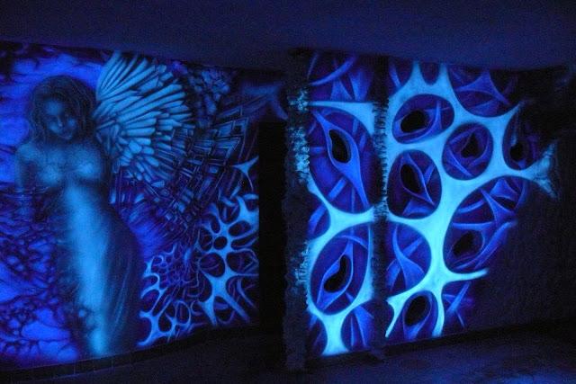 Malowanie obrazu na ścianie w klubie, aranżacja ściany, black light mural, malowidło ultrafioletowe