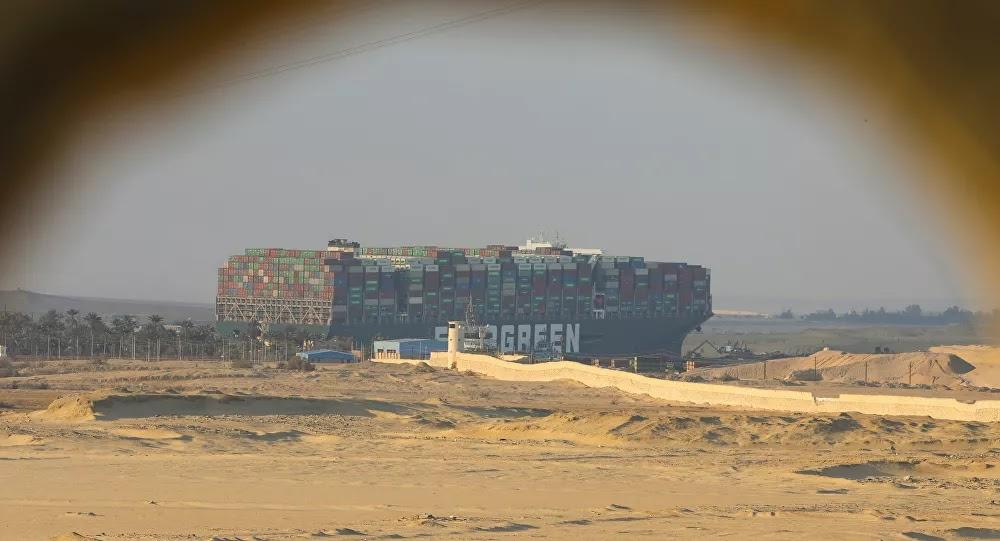 """وكالة: سفينة """"إيفرغيفن"""" تعاود سد مجرى قناة السويس بعد النجاح في تعديل وضعيتها"""