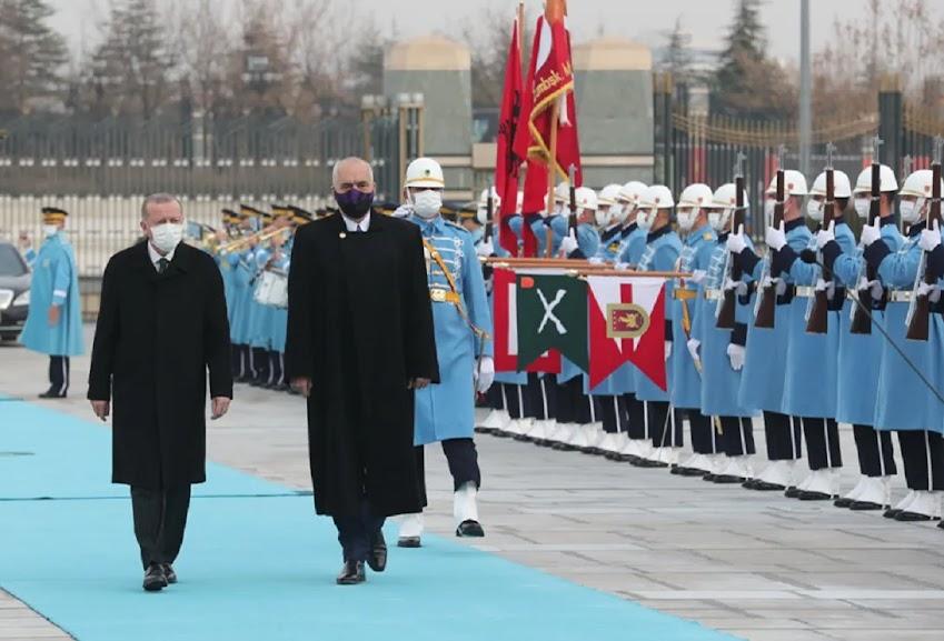 Το μακρύ χέρι της Άγκυρας «σφιχταγκαλιάζει» την Αλβανία και την εκτουρκίζει…