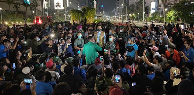 "Jokowi ke Kalteng, Anies Temui Mahasiswa, Massa Teriakan ""Anies Presiden!"""