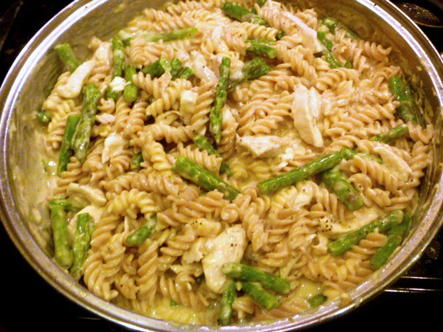 Lemon Garlic Asparagus and Chicken Pasta:  Enjoy a lemony bright and healthy pasta dish filled with asparagus and chicken any day of the week. - Slice of Southern