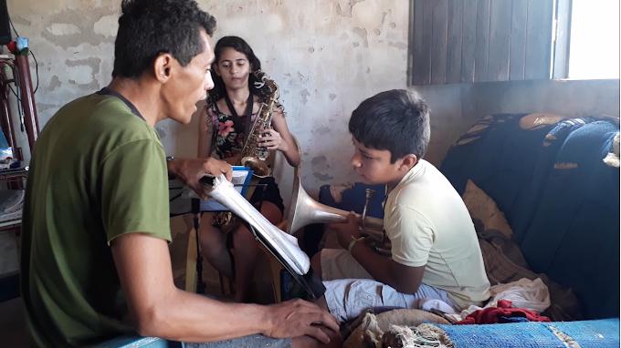 O som dos sonhos: Na sala de sua casa senadorsaense desenvolve o ensino de música instrumental. Confira!
