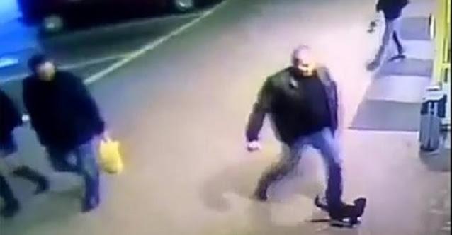 За то, что он пнул ногой беззащитного котенка, полицейского уволили с работы