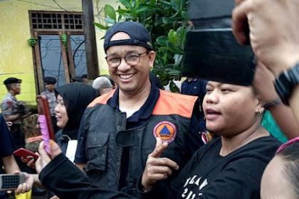 Anies Bantu Punguti Lumpur, Warga: Gubernur Gue Nih, Good Bener!