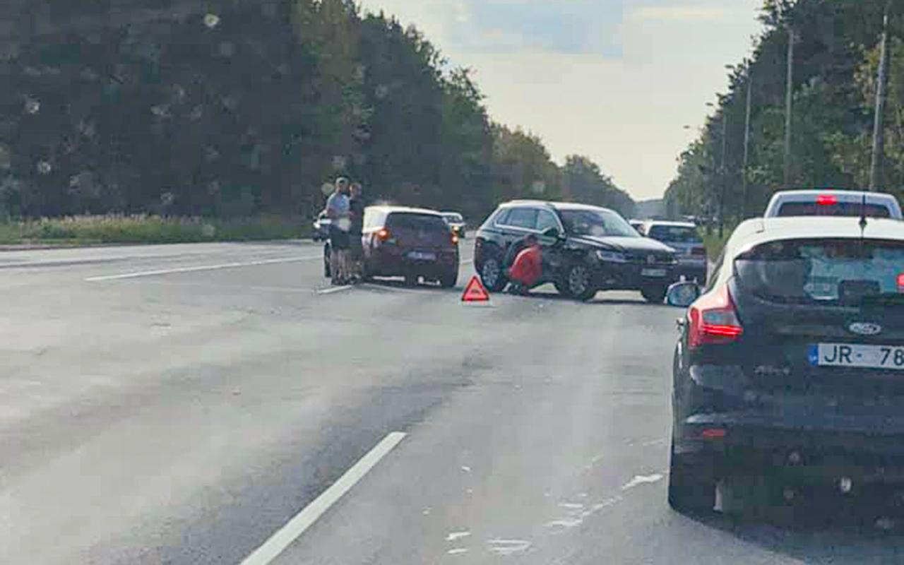 Divas automašīna šorīt sadūrās Rumbulā