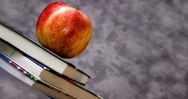 تفاحة فوق الكتب