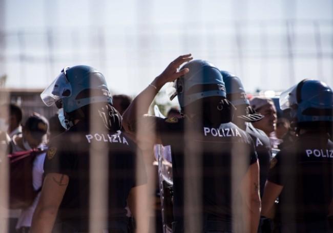 VIDEO : En Italie, des migrants lancent des matelas en feu sur la police