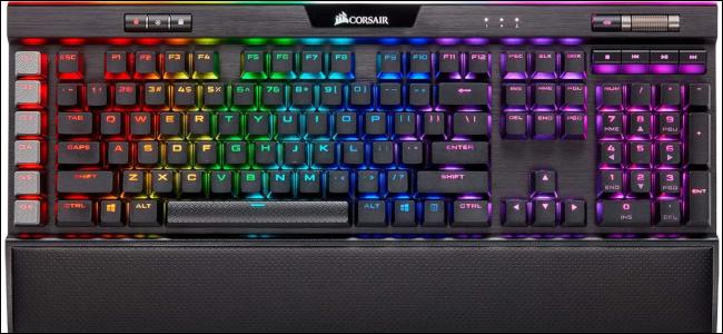 كمبيوتر Corsair K95 بهيكل أسود وإضاءة RGB لكل مفتاح