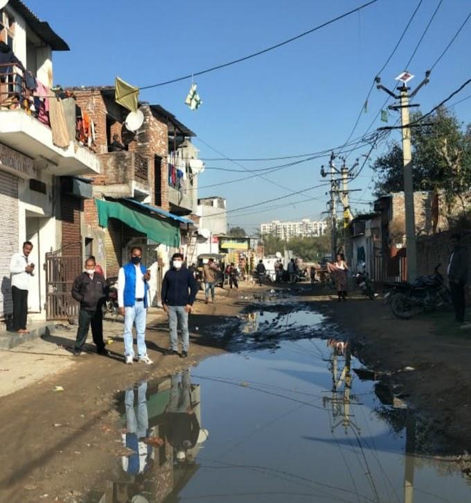WATCH:-Jaipur News-बस नाम का ही है यह पॉश इलाका जयपुर का,समस्याओं का गढ़ है यहाँ की यह बस्ती,खंभों पर लगे हैं बिजली के मीटर