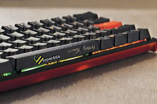 Tangan Dengan Keyboard Mini HyperX x Ducky One 2
