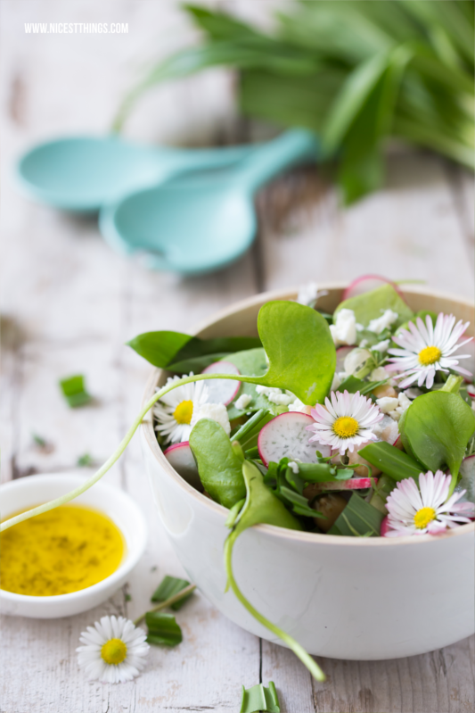Frühlingssalat mit Bärlauch, Postelein, Radieschen, Kichererbsen, Feta #salat #salatrezepte #frühlingssalat #bärlauch #postelein #radieschen