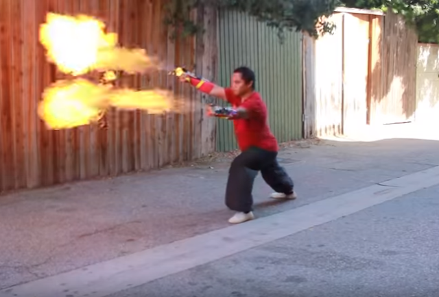 Un youtuber fabricó un lanzallamas Kung Fu