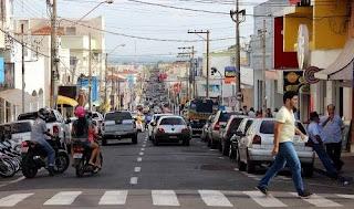 Vista do trânsito movimentado em Andradina