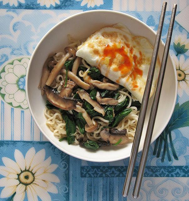Mì xào nấm, cải và trứng