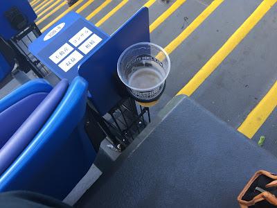 神宮球場の環境ステーションシートの足元にあるドリンクホルダー