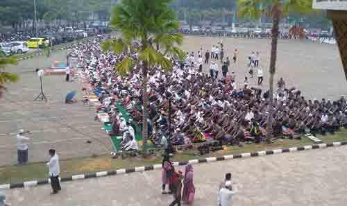 HUJAN :  Berbagai elemen masyarkat melakanakan sholat Istisqa memohon Hujan kepada Allah SWT sepert dalam foto ini tadi pagi (21/9 di Halamann Masjid Raya Mujahidin Pontiana. Photo Asep Haryono / www.simplyasep.com