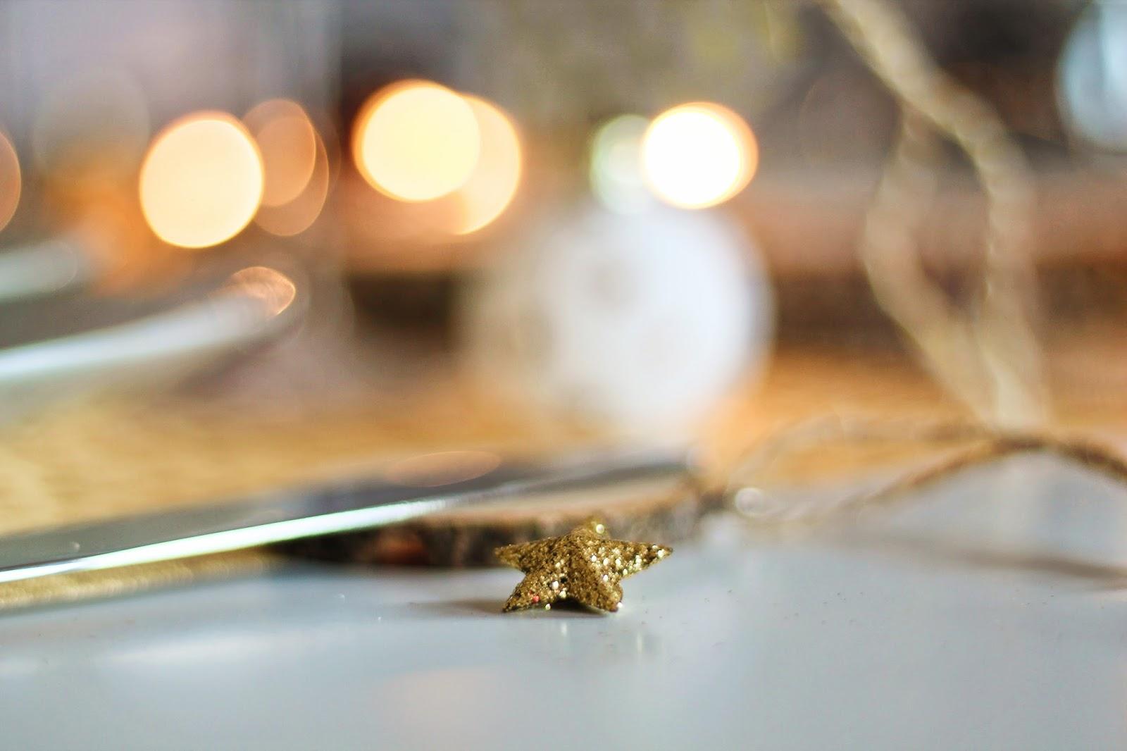 zodio kavehome kave home table noel noël fêtes fetes christmas xmas manger famille family time bois wood maker pomme de pin hérisson vaisselle pois doré guirlande concours giveaway chaise scandinave roomtour appart tour réveillon idée décoration déco cadeau vaisselle