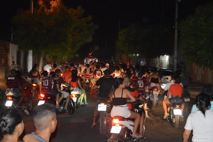 Em Grossos, torcedores comemoram com carreata o título da Libertadores do Flamengo
