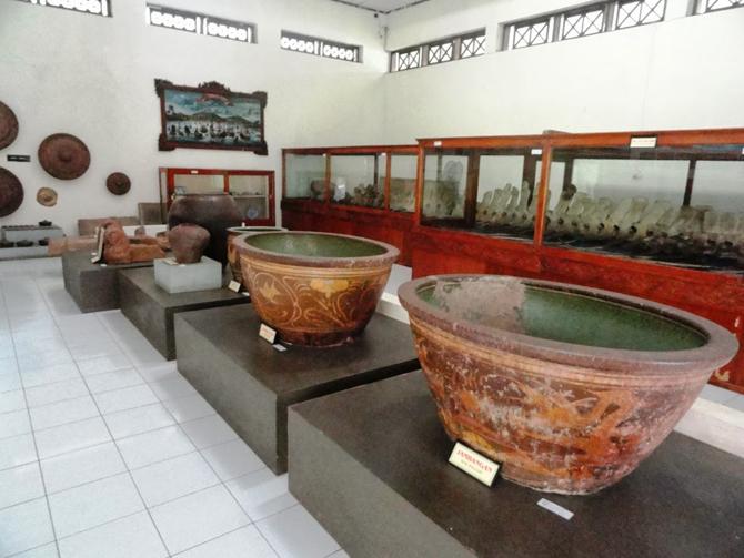 Koleksi lain yang ada di tiap ruangan di Museum RA. Kartini