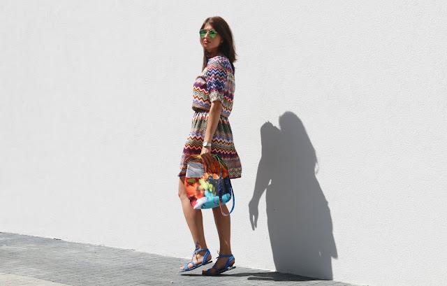 wakacyjna sukienka, sukienka, kolorowo, w stylu, w jej stylu, mocne kolory, nasycone kolory, streetstyle, bajaga studio, bajaga torebki, zwiewna sukienka, blog po 30ce, novamoda style, novamoda.pl, novamoda, stylistka poznan