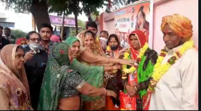 Kota-Ramganjmandi News- सीमा गुर्जर पार्षद का रामगंजमंडी के मारूति नगर में ढ़ोल-नगाड़े व आतिशबाजी के साथ हुआ भव्य स्वागत