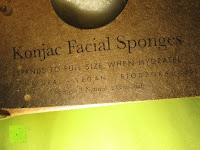 Aufdruck: Konjac Gesichtsschwamm - 2 Schwämme pro Packung (kohlenschwarz & natürlich weiss) für empfindliche bis ölige & unreine Haut - sanftes Peeling, Reiniger und Exfoliator für das Gesicht - 100% natürlich von Beauty by Earth