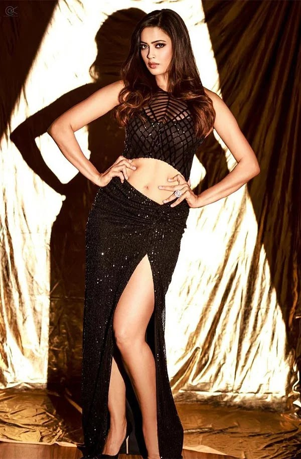 Shweta Tiwari in all black outfit revealing her fine abs and sexy legs sets temperature soaring.