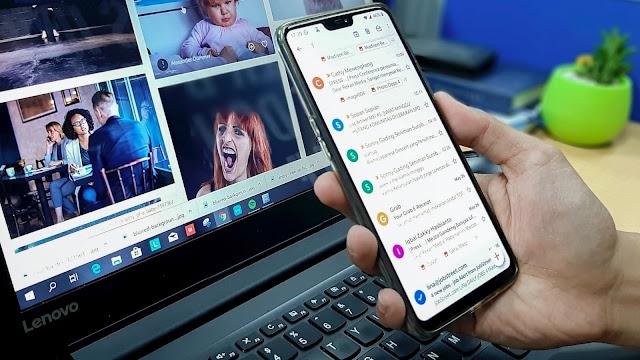 Pessoa olhando e-mail no celular