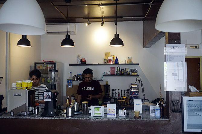 Dua barista Sebaya Kopi yang bertugas