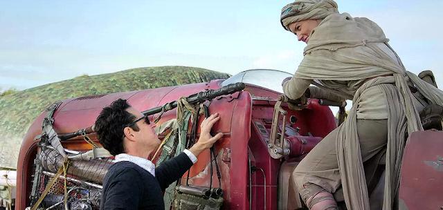 Regizorul J.J. Abrams şi Daisy Ridley pe platourile de filmare pentru Star Wars: The Force Awakens