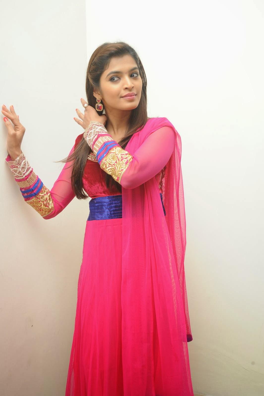 Gorgeous hot Sanchita shetty photos in ethnic red salwar kameez
