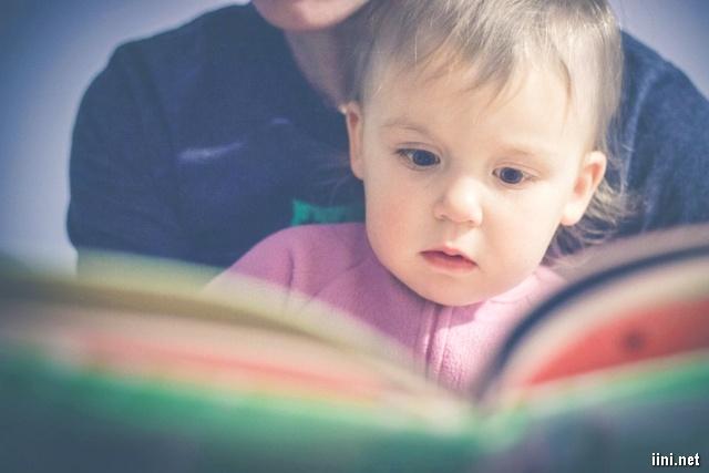 ảnh em bé đang chăm chú đọc sách