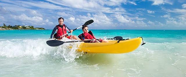 Hay muchas opciones para hacer. Puedes bucear, hacer snorkel, parasail, remo, alquilar una moto acuática, Sub-Wing, kayak, pesca en alta mar, alquilar un velero, montar a caballo y más.