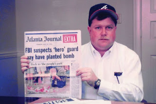 Richard Jewell con la noticia del periódico Atlanta-Journal Constitution