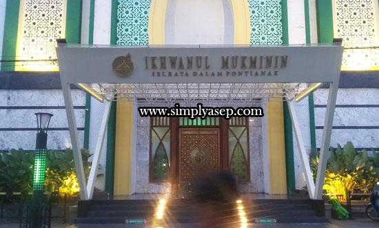BERCAHAYA : Megahnya Masjid Ikhwanul Mukminin Di Sei Raya Dalam Pontianak sudah tampak di pintu masuk utamanya (22/6). Foto Asep Haryono