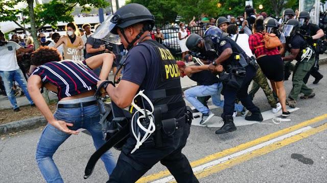 Así se respetan en EEUU la libertad y los DDHH: golpes, gas, balas