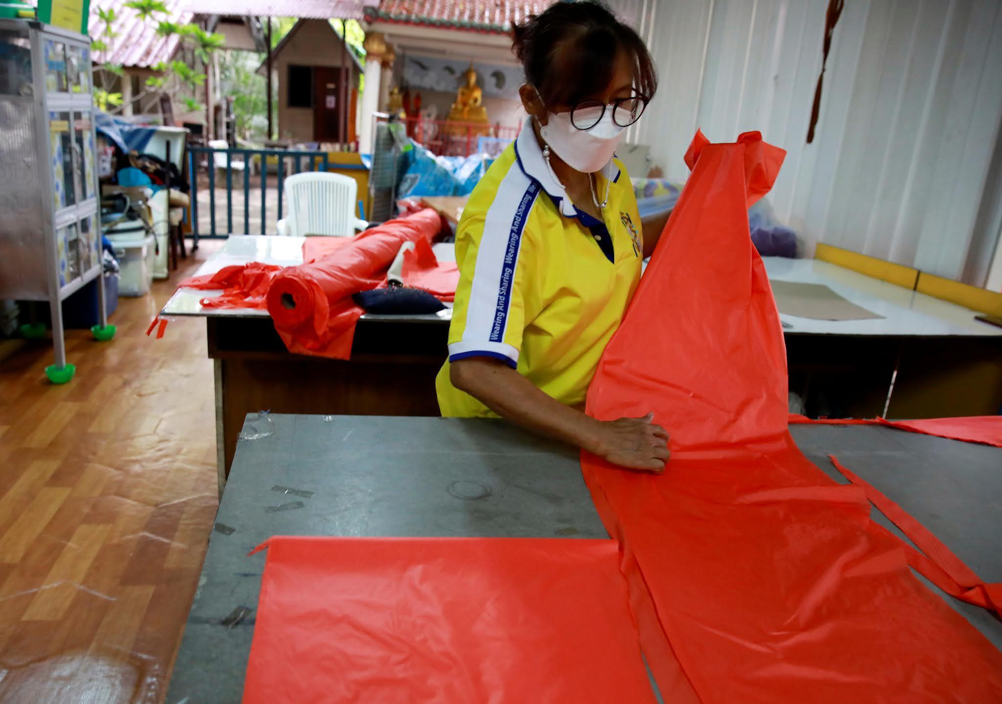 Selamatkan Nyawa dan Lingkungan, Thailand Ubah Sampah Plastik Menjadi APD
