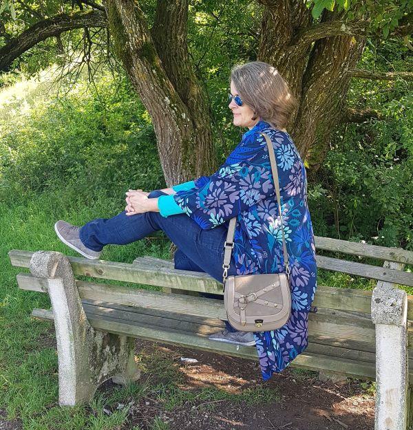 Kombination in Blautönen und Kimono zur taupefarbenen Zoé Lu