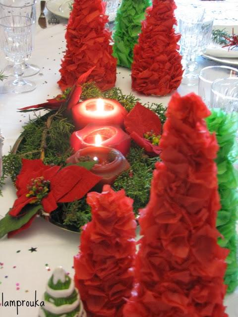 Κεριά στο γιορτινό τραπέζι.