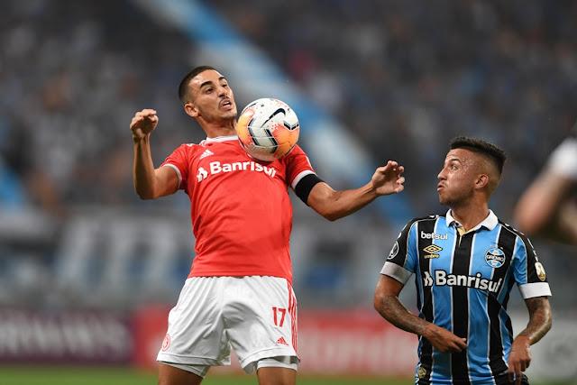 Galhardo domina a bola sob olhar de Matheus Henrique (Foto: Ricardo Duarte / Inter)