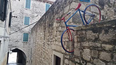 Bicicletta nella roccia