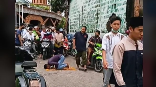 Viral Pria Salat di Tengah Jalan, Aksi Masyarakat Sekitar Bikin Salut