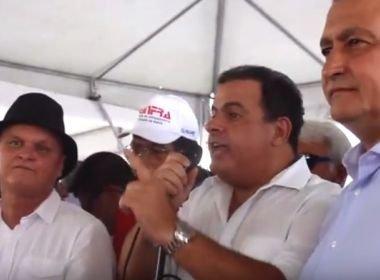 A favor da terceirização, João Bacelar é vaiado em Riachão do Jacuípe