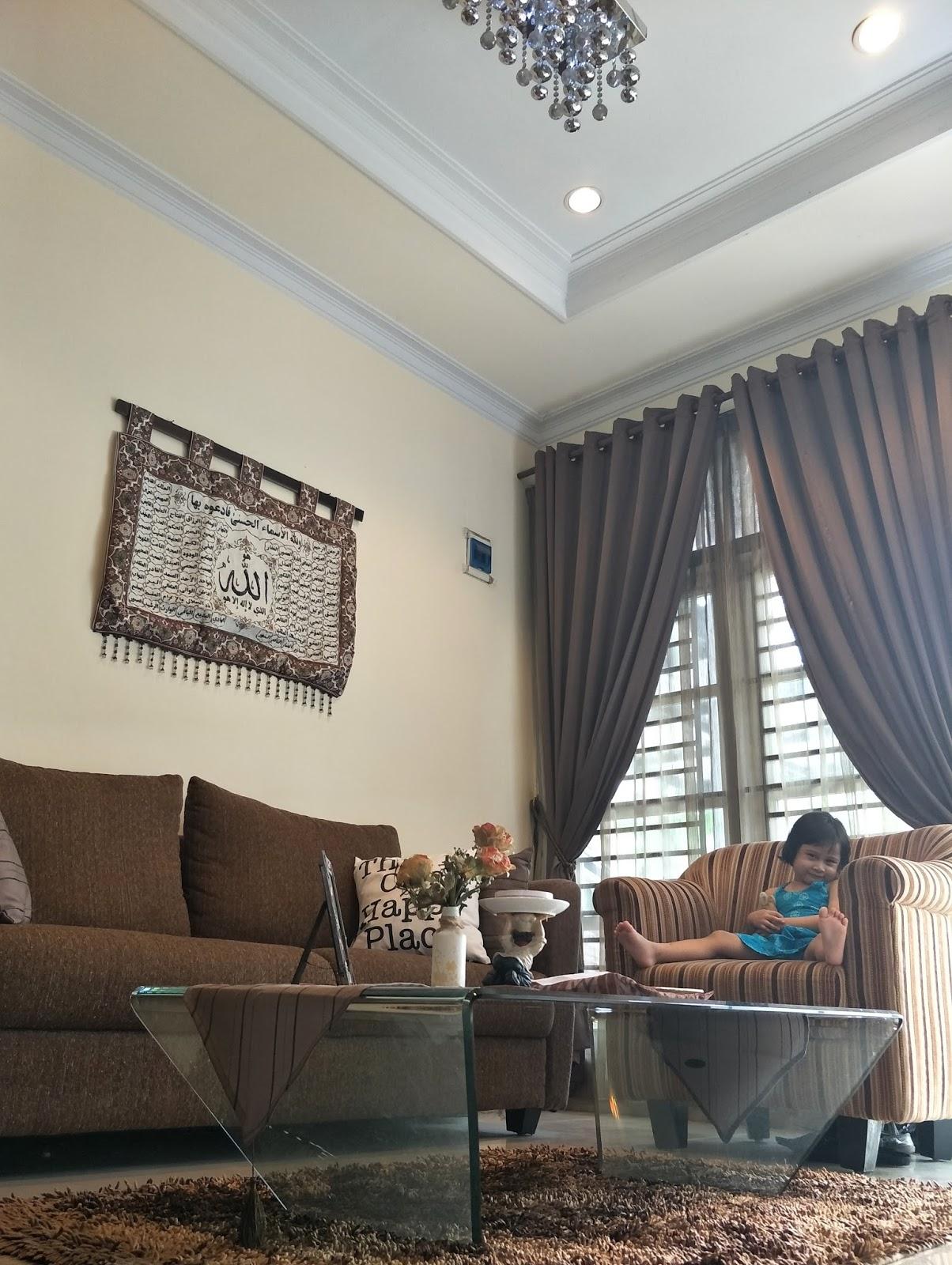 Ruang Tamu Nyaman Bersekat Eryvia Maronie