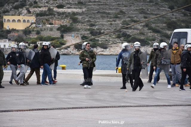 Εκτός ελέγχου τα ΜΑΤ – Έφυγαν από τη Χίο σπάζοντας αυτοκίνητα και αποκαλώντας τους Χιώτες τουρκόσπουρους – VIDEO & ΦΩΤΟ