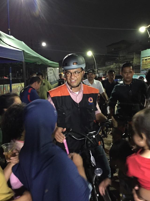 Anies Datangi Banjir dengan Bersepeda, Korban Banjir: Capres RI 2024!