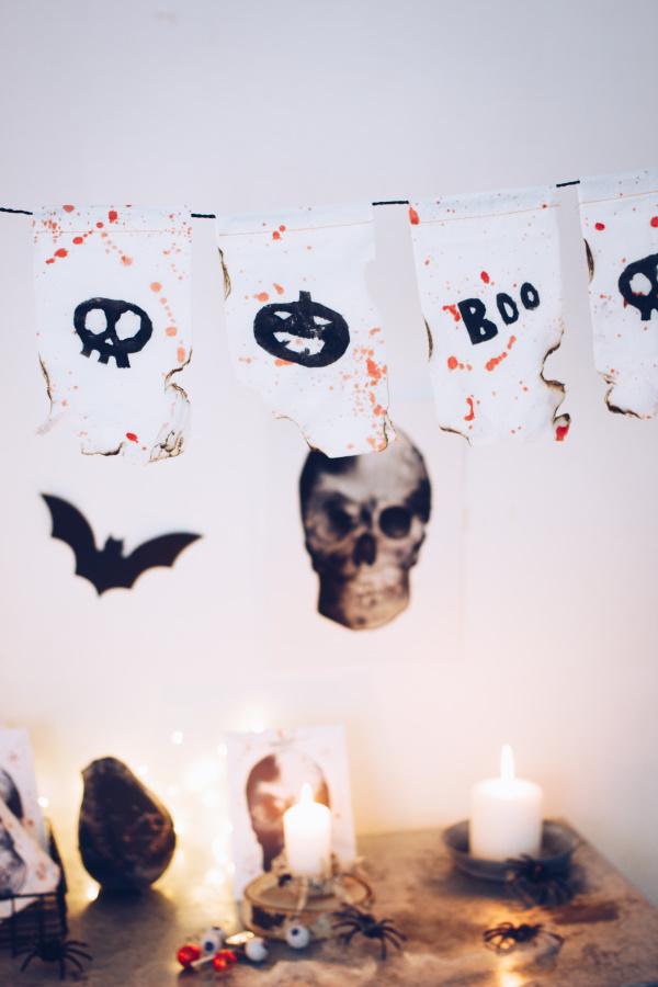 Halloween Dekoration selber machen: Anleitung für eine schaurig-schöne Wimpelkette mit Kartoffeldruck. Happy Crafting by titatoni.de