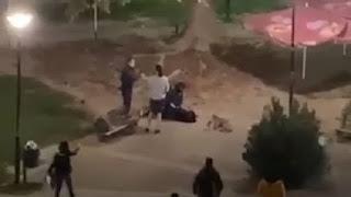 Εικόνες – ΝΤΡΟΠΗ: Αστυνομικός στην Καρδίτσα έριξε κάτω 15χρονη και της έβαλε χειροπέδες επειδή καθόταν στην πλατεία (BINTEO)