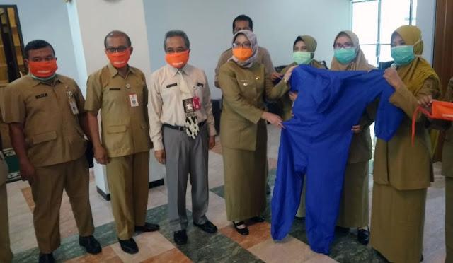 Wakil Bupati Lumajang menyerahkan bantuan pakaian APD