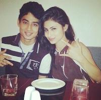 Foto Mouni Roy dengan kakaknya Mukhar Roy